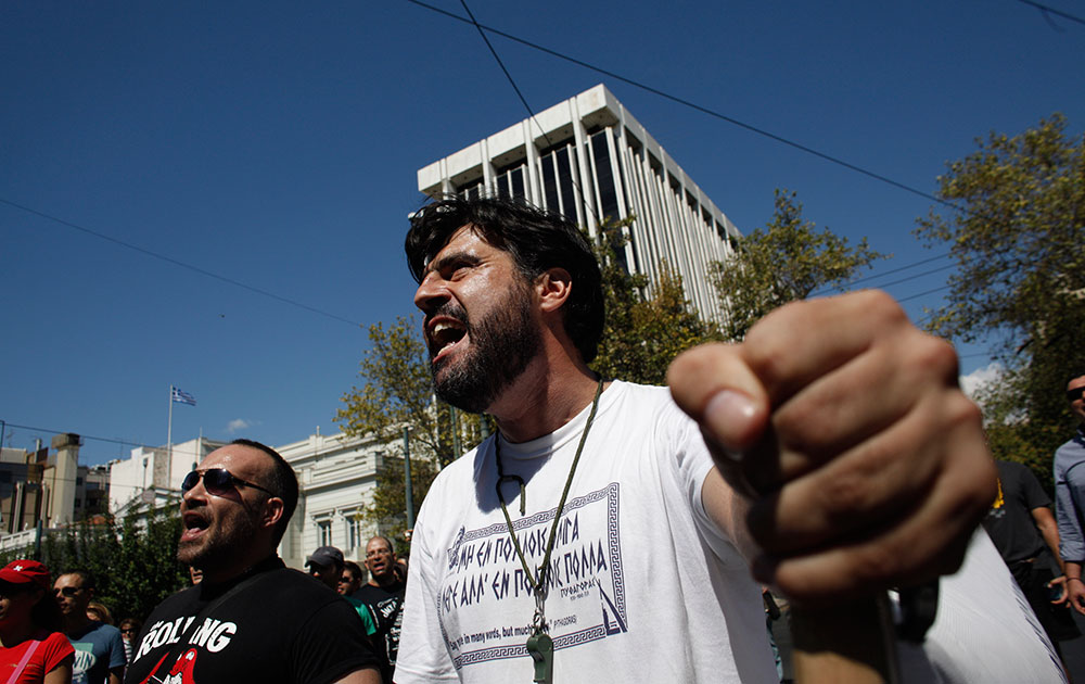 एथेंस में ग्रीक पार्लियामेंट के सामने म्यूनिसिपल पुलिस ऑफिसर नारे लगाते हुए।