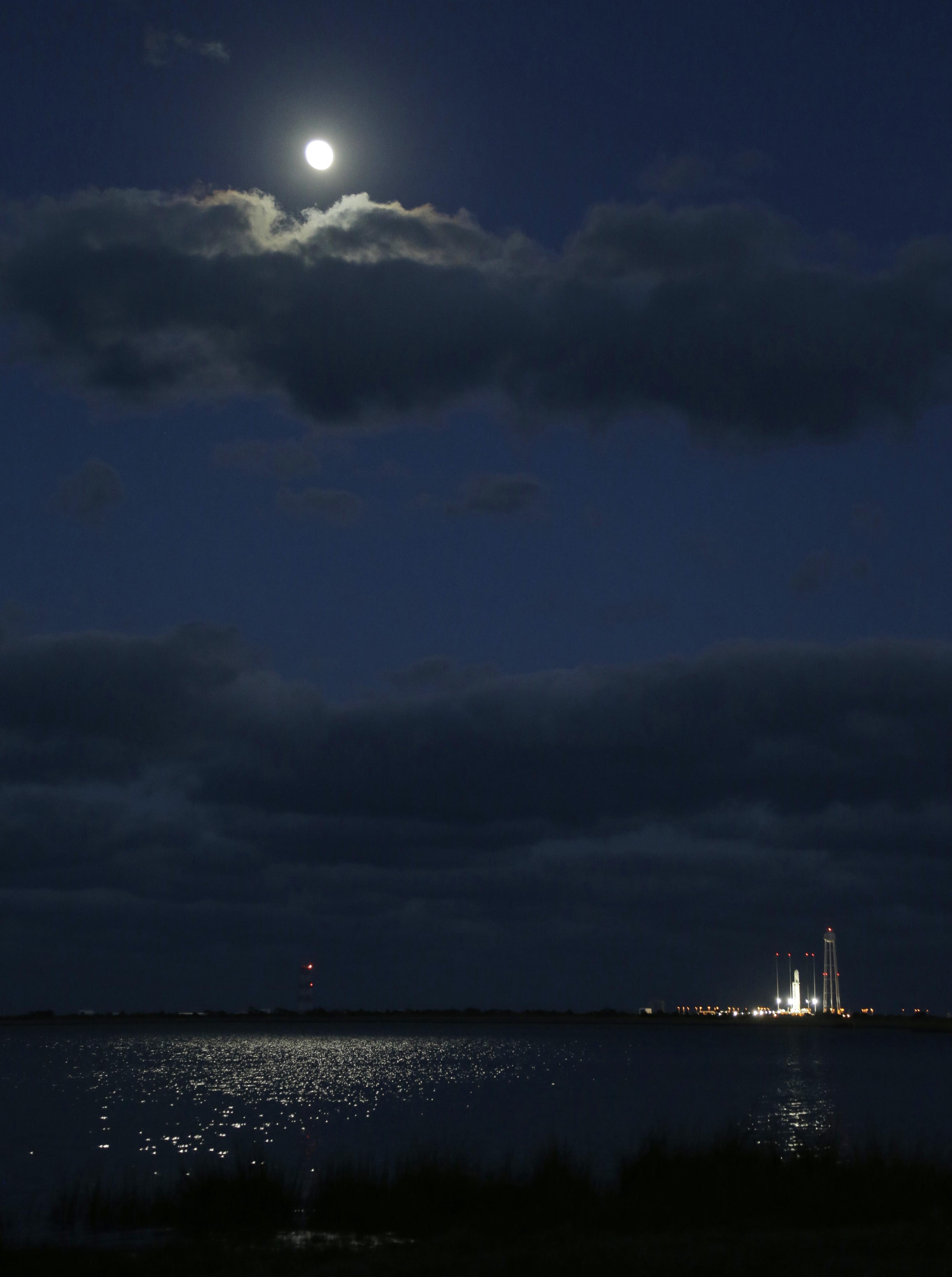 ऑरबिटल साइंस कॉर्प के चंद्रमा अपनी रोशनी बिखेरते हुए।