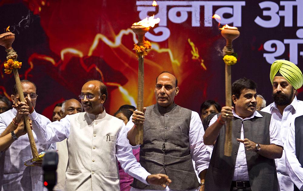 दिल्ली विधानसभा चुनाव के कैंपेन के लिए मशाल के साथ जाते हुए भाजपा अध्यक्ष राजनाथ सिंह, पार्टी नेता विजय गोयल, नितिन गडकरी।