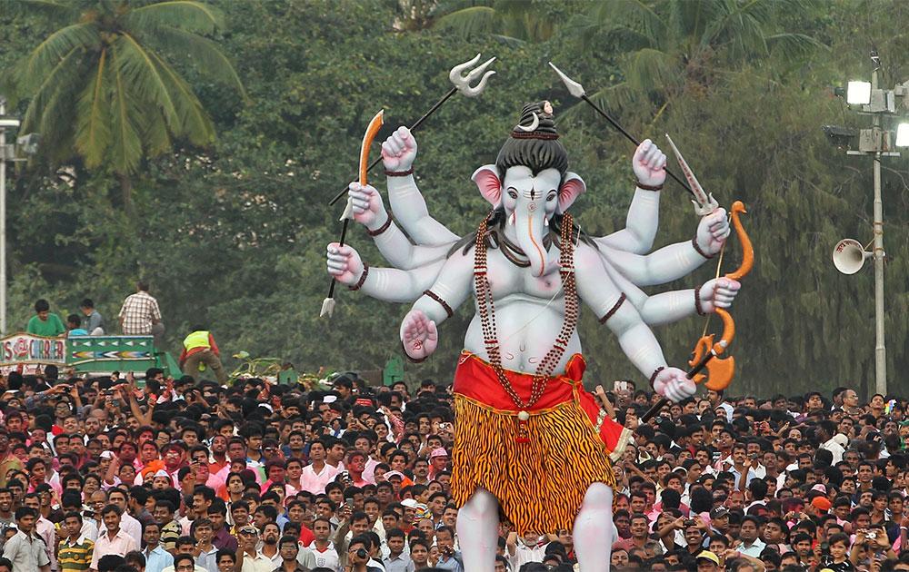 मुंबई में गणपति महोत्सव के दौरान विसर्जन के दौरान का एक दृश्य।