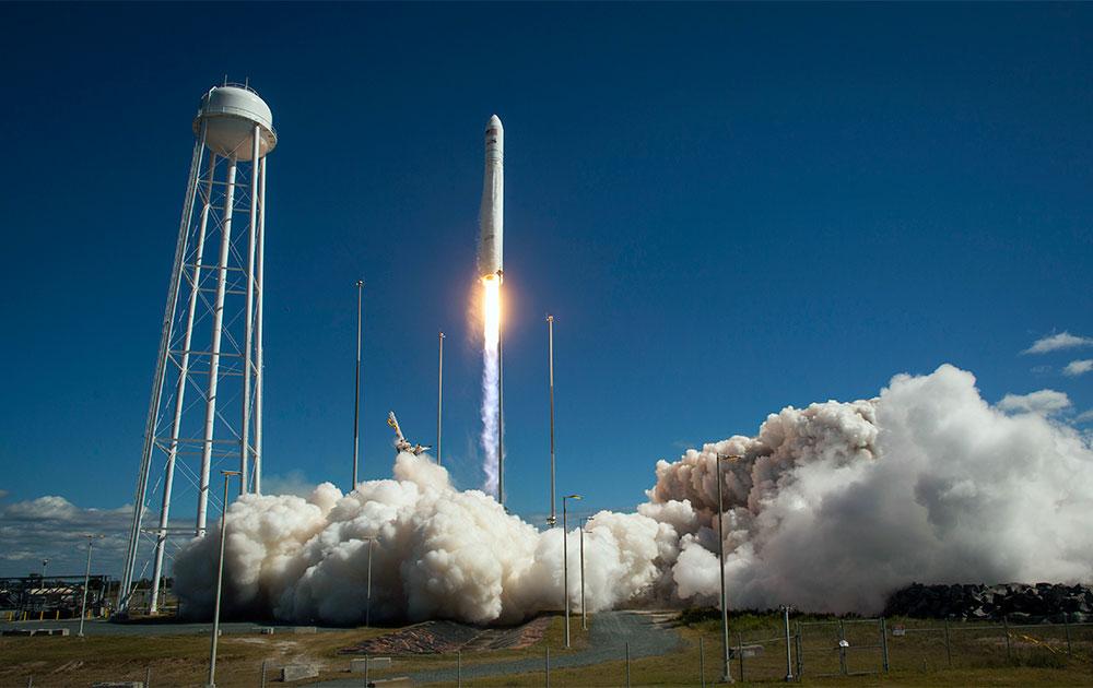 नासा के एंटरेस रॉकेट के लॉन्चिंग का एक दृश्य।