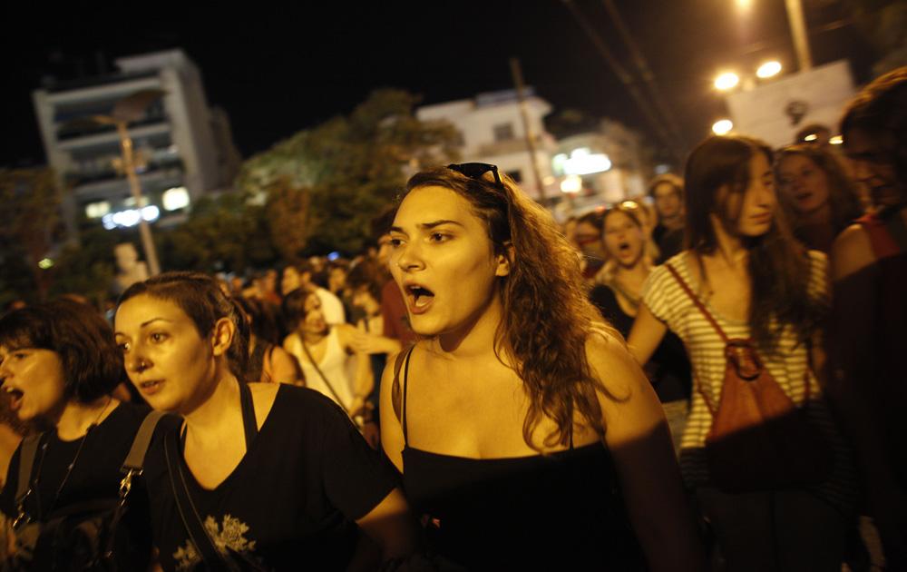 एथेंस में सरकार की कुछ नीतियों का विरोध करते प्रदर्शनकारी।