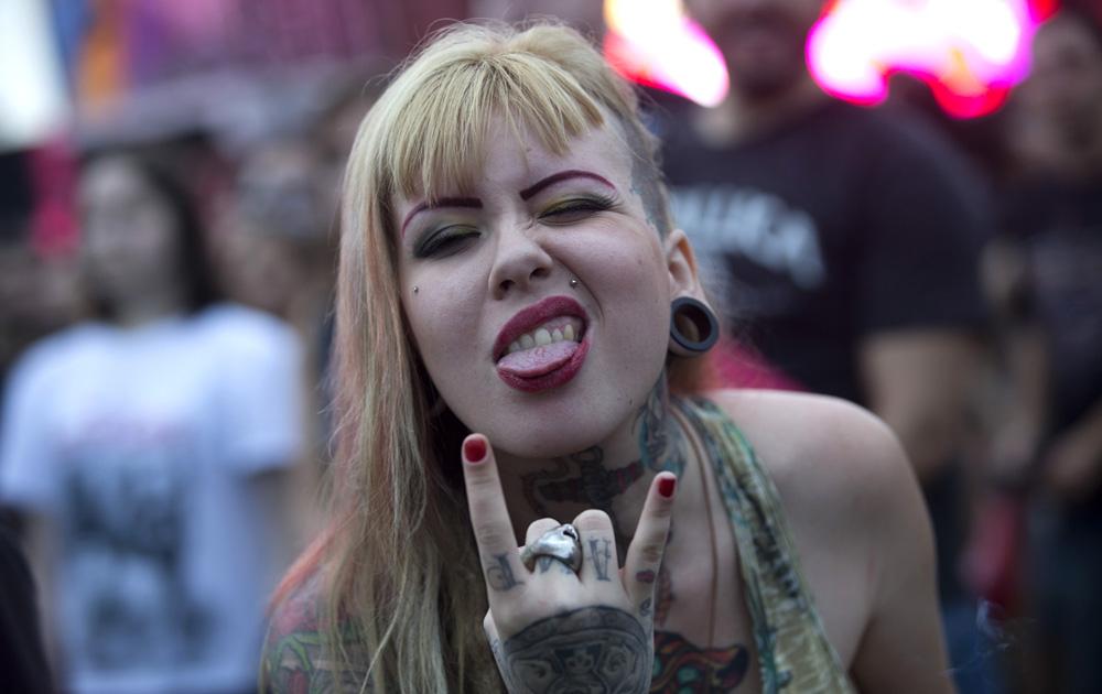 ब्राजील के रियो डे जेनेरियो में एक संगीत समारोह के दौरान एक महिला।
