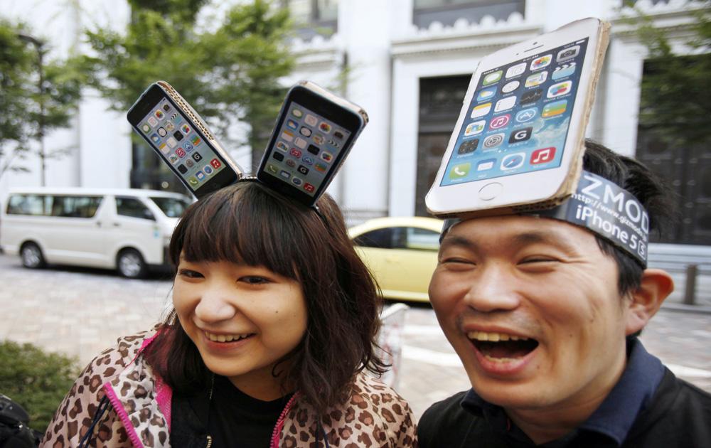 जापान के टोक्यो में एप्पल का नया आईफोन लॉन्च किया गया है।