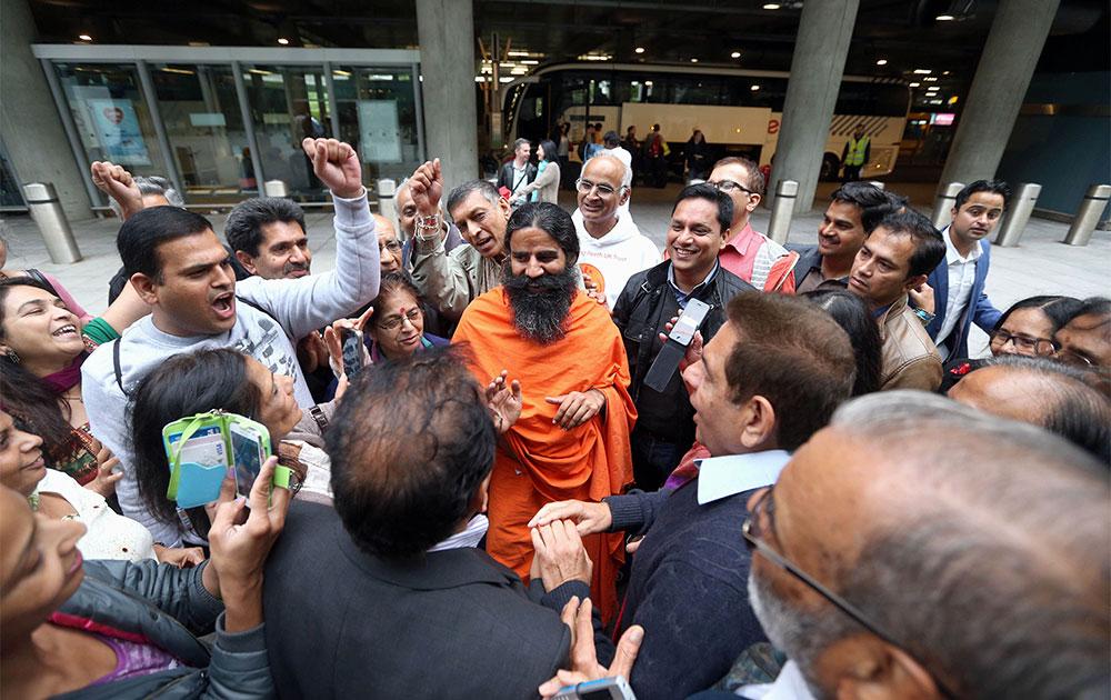 लंदन के हीथ्रो एयरपोर्ट से बाहर आते योगगुरु बाबा रामदेव।