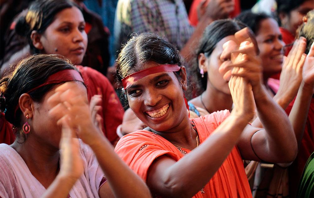 ढाका में वेतन बढ़ाने की मांग को लेकर प्रदर्शन करती महिलाएं।