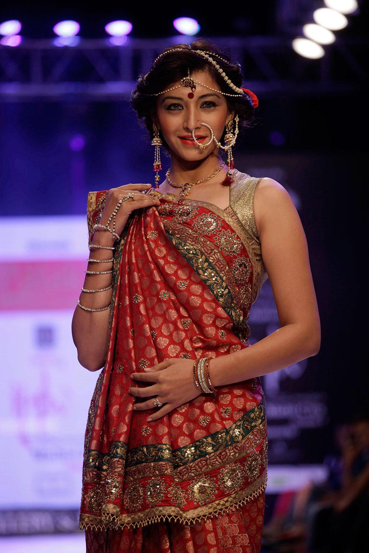 अहमदाबाद में इंडिया ज्वैलरी एंड फैशन वीक के दौरान रैंप पर एक मॉडल।