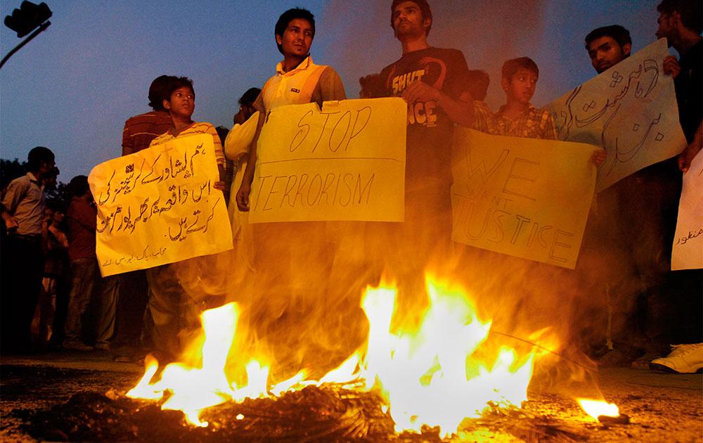 पाकिस्तानी में इसाई समुदाय से जुड़े लोग हमले के खिलाफ विरोध-प्रदर्शन करते हुए।