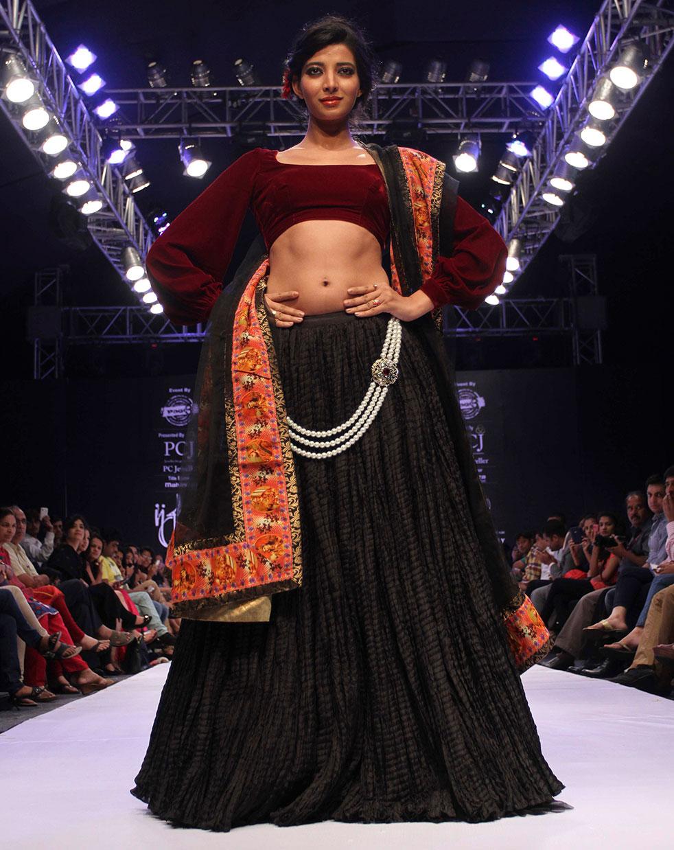 अहमदाबाद में ज्वेलरी फैशन वीक के दौरान रैंप पर एक मॉडल।
