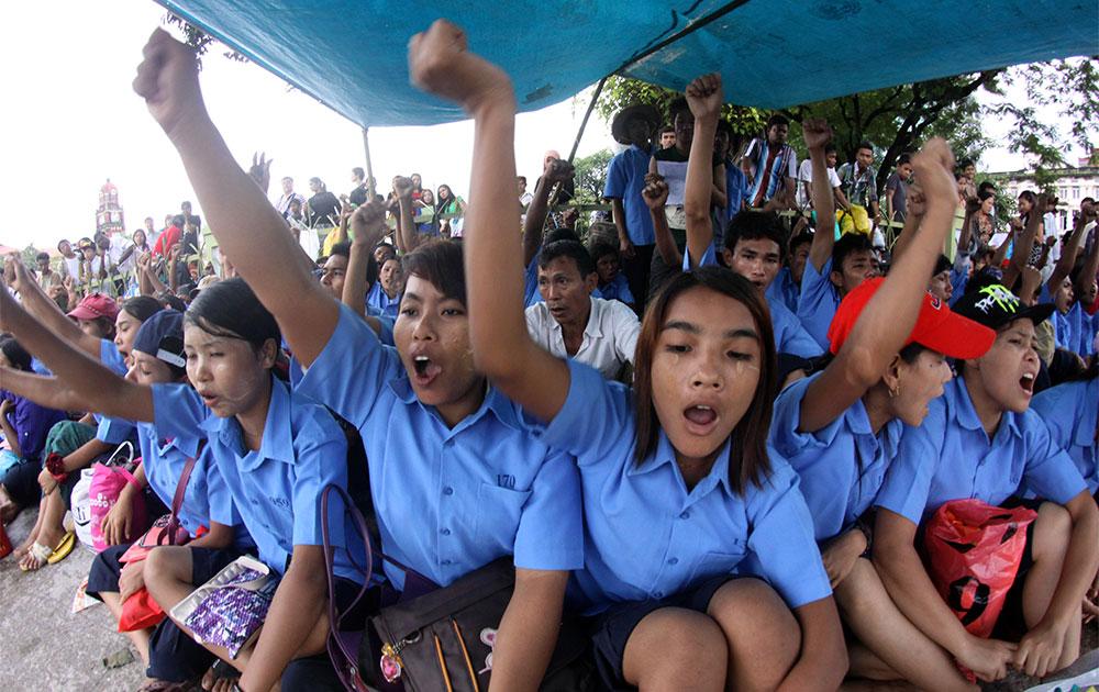म्यामांर के रंगून में विरोध-प्रदर्शन करते बच्चे।