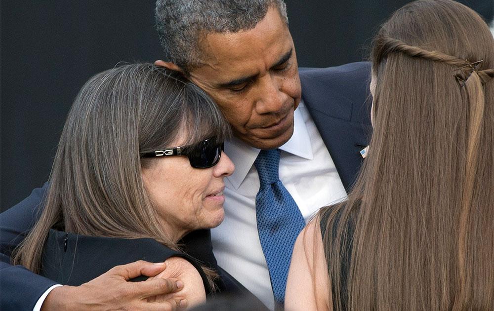 वाशिंगटन नेवी यार्ड शूटिंग के दौरान मृतकों के परिजनों को सांत्वना देते अमेरिकी राष्ट्रपति बराक ओबामा।