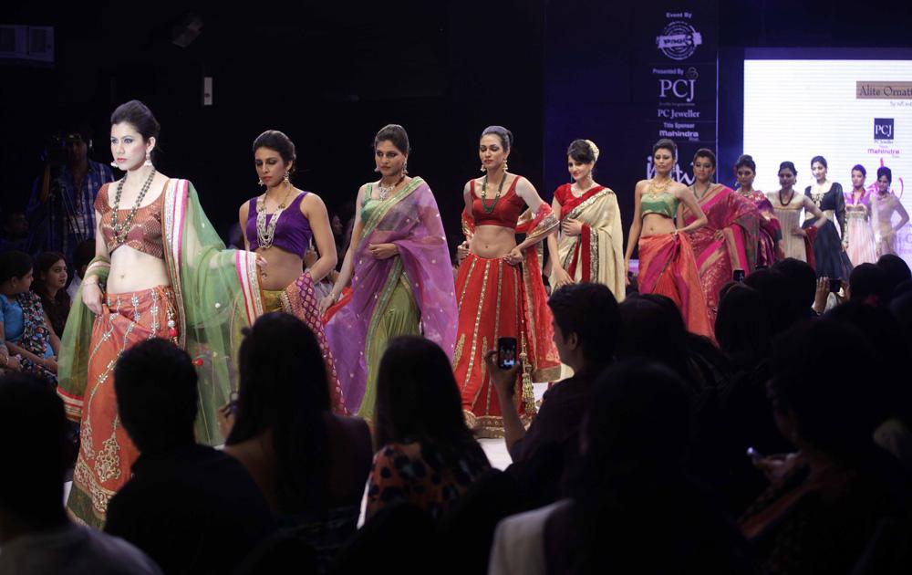 अहमदाबाद में इंडिया ज्वैलरी एंड फैशन वीक के दौरान रैंप पर मॉडल्स।