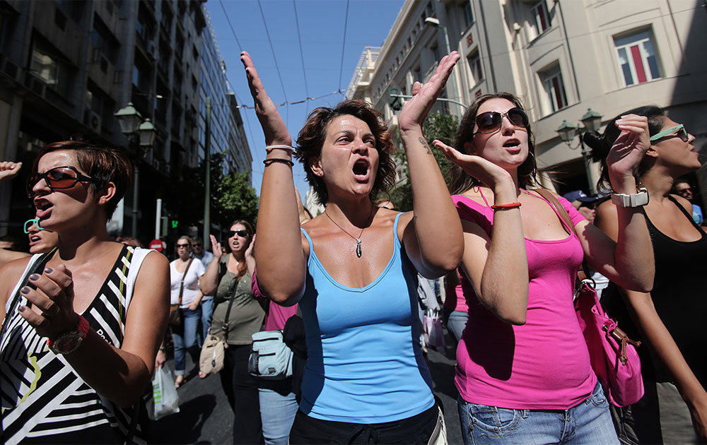 एथेंस में सरकार की नीतियों के खिलाफ विरोध-प्रदर्शन करती महिलाएं।