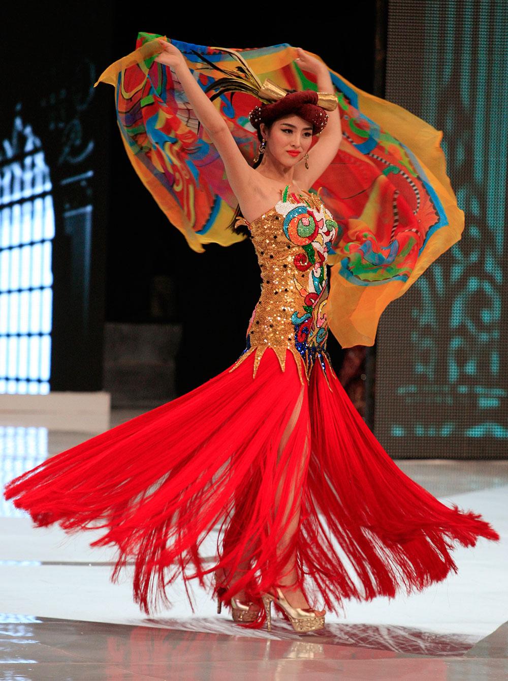 मिस वर्ल्ड फैशन शो के मौके पर प्रदर्शन करती मिस चीन वे वे यू।