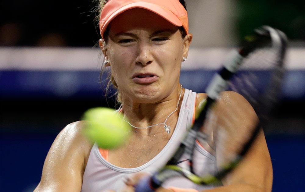 टोक्यो में पैन पैसिफिक ओपन टेनिस टूर्नामेंट प्रतियोगिता में कनाडा की बाउचर्ड शॉट खेलती हुई।