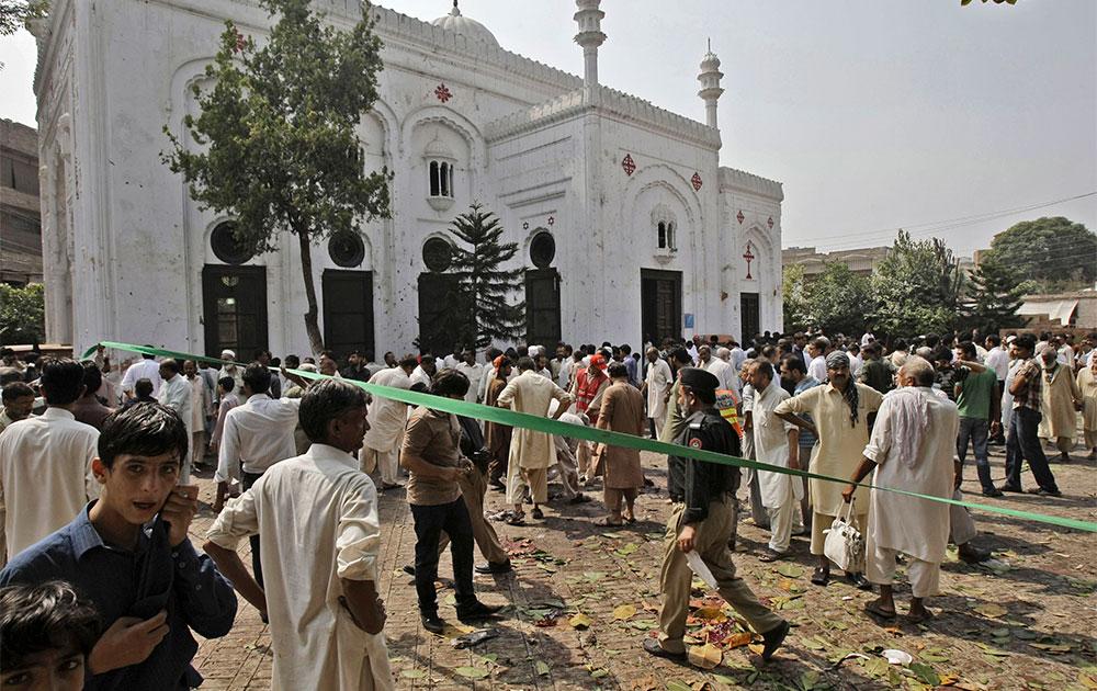पेशावर में आतंकी हमले के बाद का दृश्य।