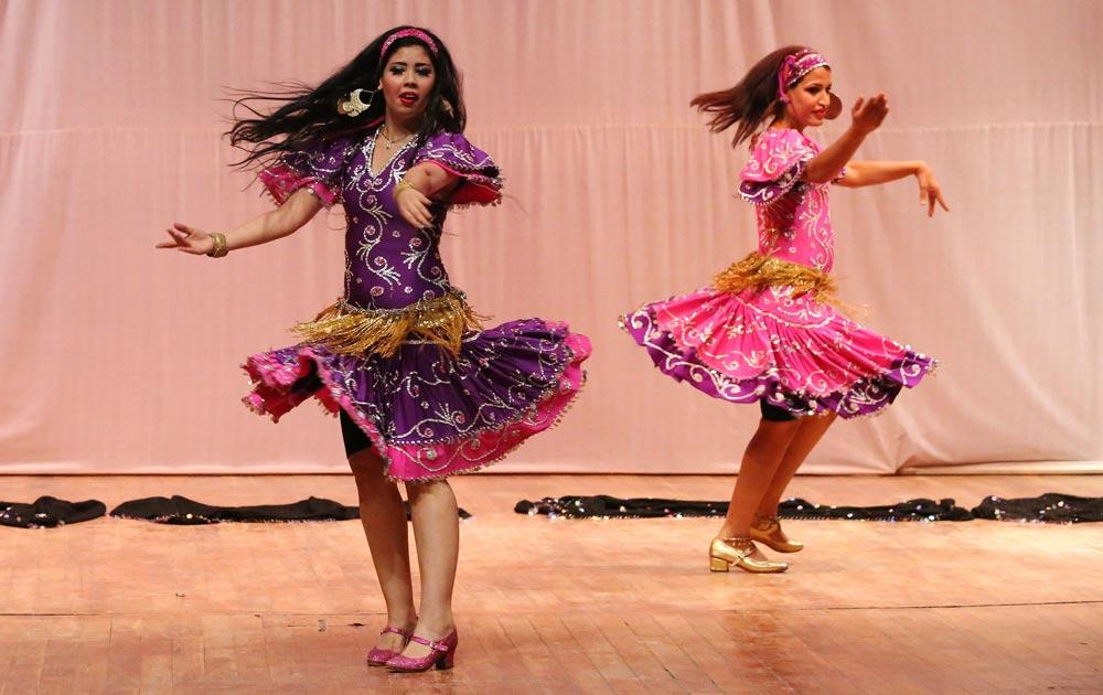 बगदाद में अरब संस्कृति की डांस पेश करती नर्तकियां।