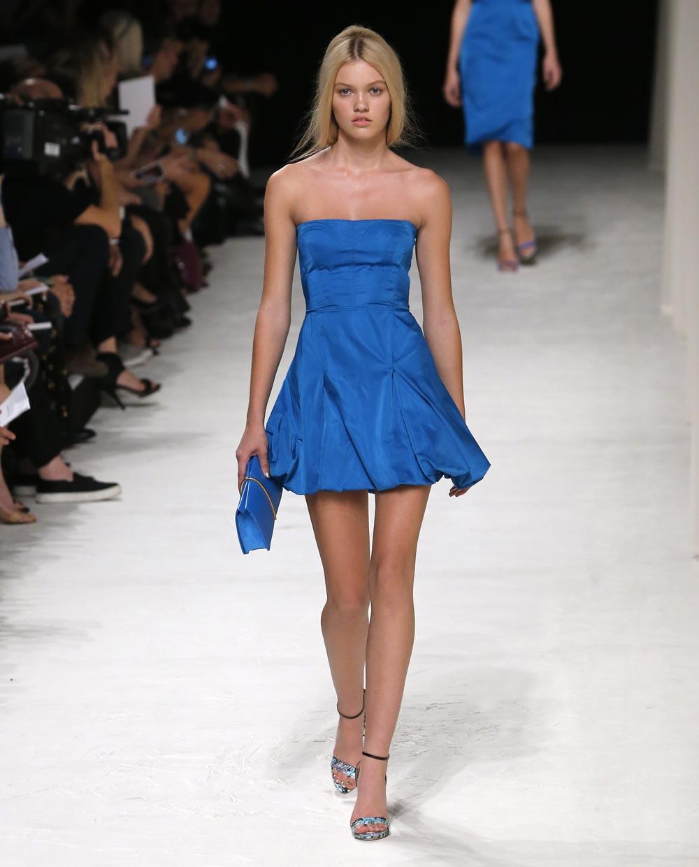 पेरिस में फैशन वीक के दौरान रैंप पर चलती एक मॉडल।