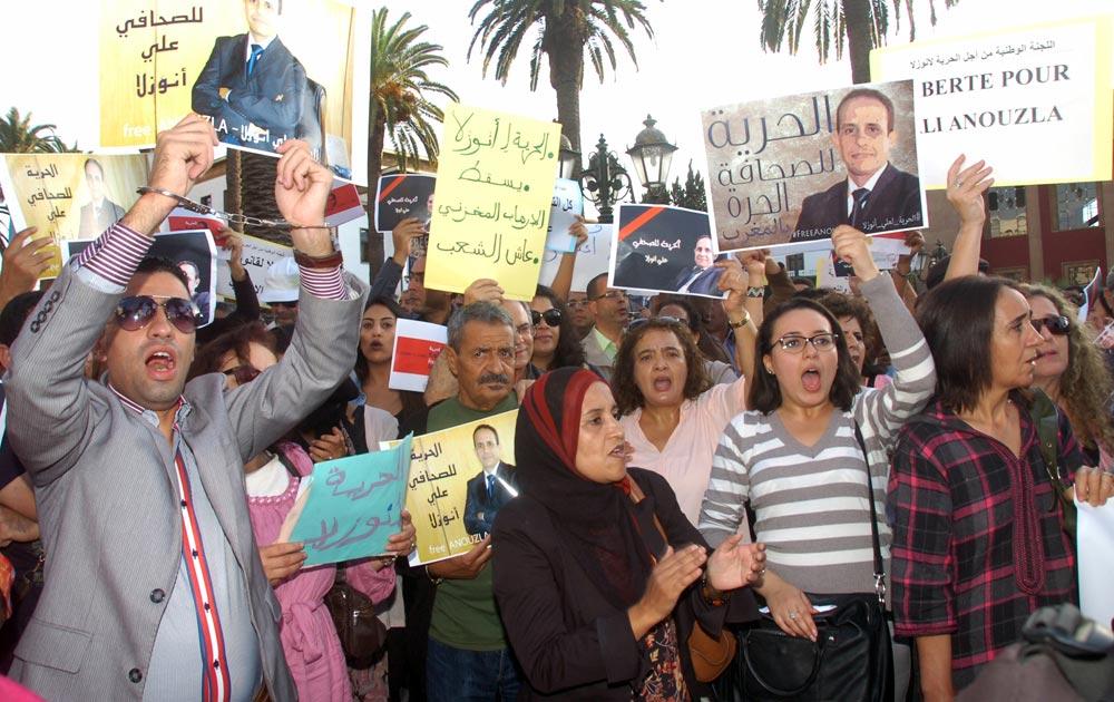 मोरक्को में सरकार के खिलाफ विरोध-प्रदर्शन करते प्रदर्शनकारी।