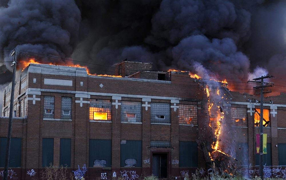 डेट्रायट में एक इमारत आग की लपटों के बीच कुछ यूं घिर गई।