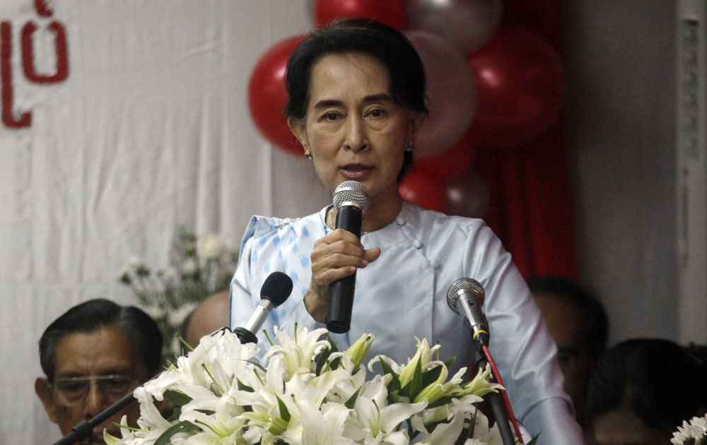 यंगून में म्यामांर की विपक्षी नेता आंग सान सू संबोधित करती हुई।