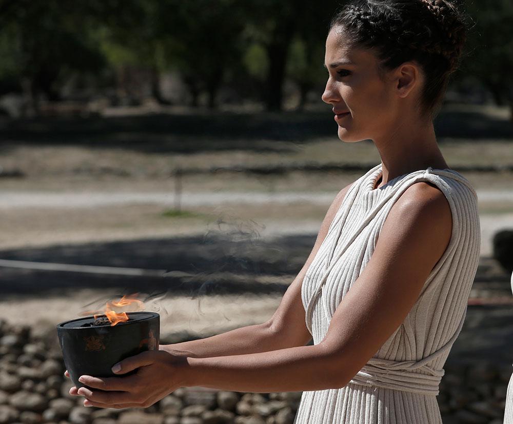 ग्रीस में फिल्म की शूटिंग के दौरान एक अभिनेत्री।