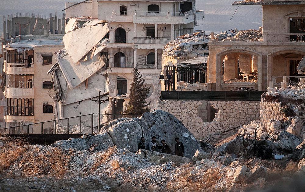 सीरिया के इबलिब में सेना और विद्रोहियों के बीच संघर्ष के दौरान क्षतिग्रस्त एक इमारत।