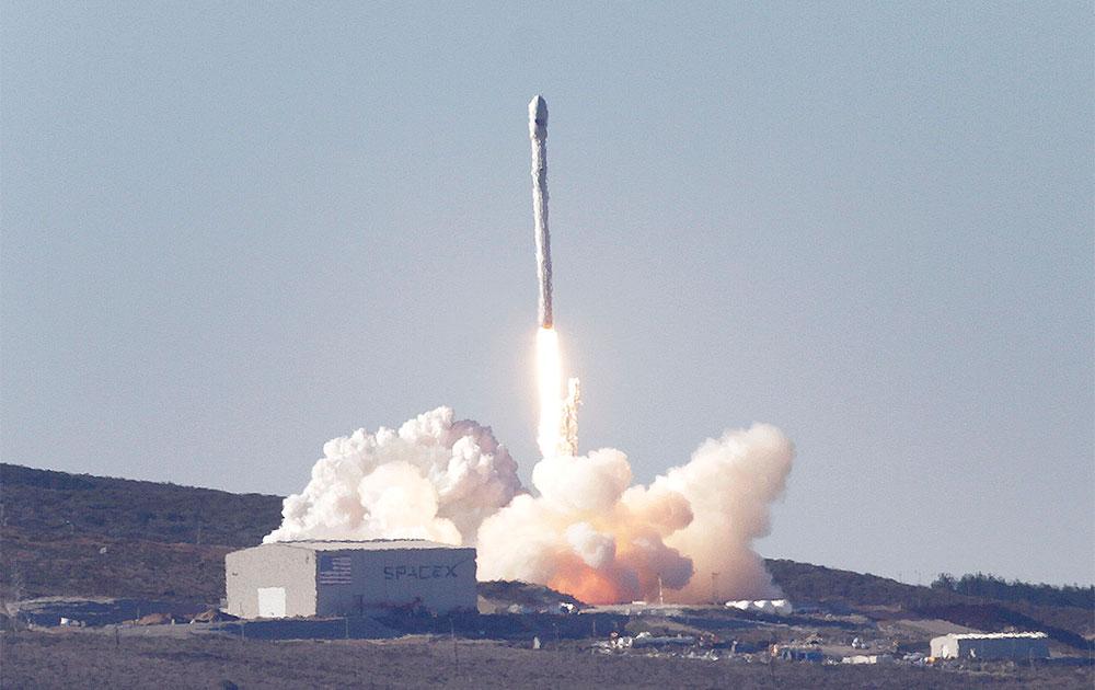 वैनडेनबर्ग एयर फोर्स बेस से रॉकेट का प्रक्षेपण।