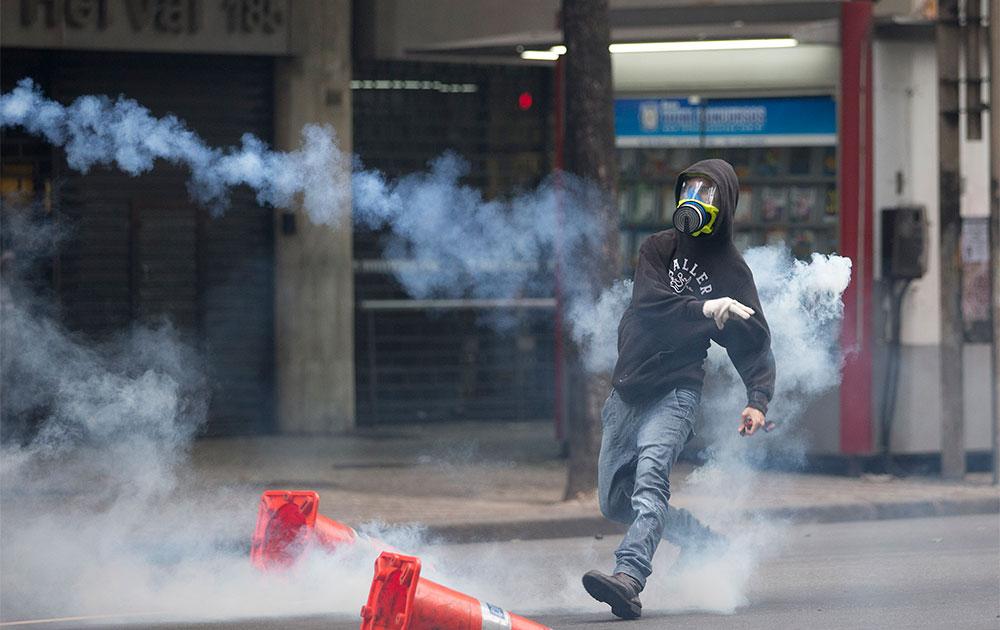 ब्राजील के रियो डे जेनेरियो में पुलिस के खिलाफ प्रदर्शन करते प्रदर्शनकारी।