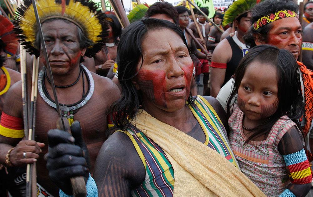 ब्राजीलिया में काइपो जनजाति के लोग प्रदर्शन करते हुए।