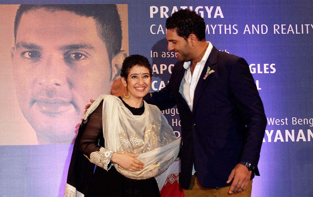 कोलकाता में कैंसर जागरुकता कार्यक्रम में अभिनेत्री मनीषा कोईराला और युवराज सिंह।