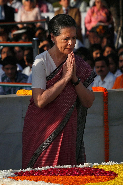 नई दिल्ली में राजघाट पर कांग्रेस अध्यक्ष सोनिया गांधी ने राष्ट्रपिता महात्मा गांधी को 144 वीं जयंती पर श्रद्धांजलि दी।