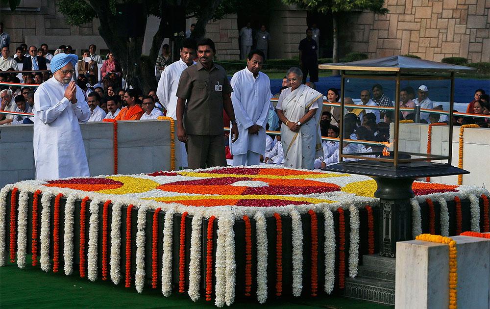 नई दिल्ली में राजघाट पर प्रधामंत्री मनमोहन सिंह ने राष्ट्रपिता महात्मा गांधी को 144 वीं जयंती पर श्रद्धांजलि दी।
