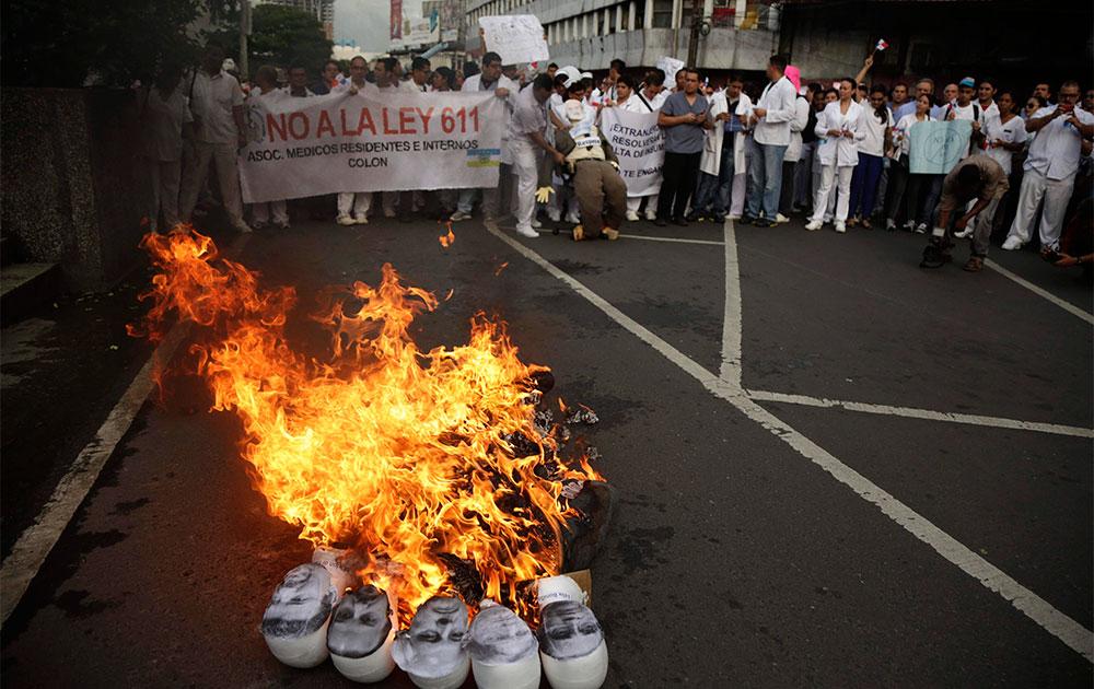पनामा सिटी में मेडिकल छात्रों ने कुछ नेताओं की तस्वीरों को आग के हवाले कर दिया।