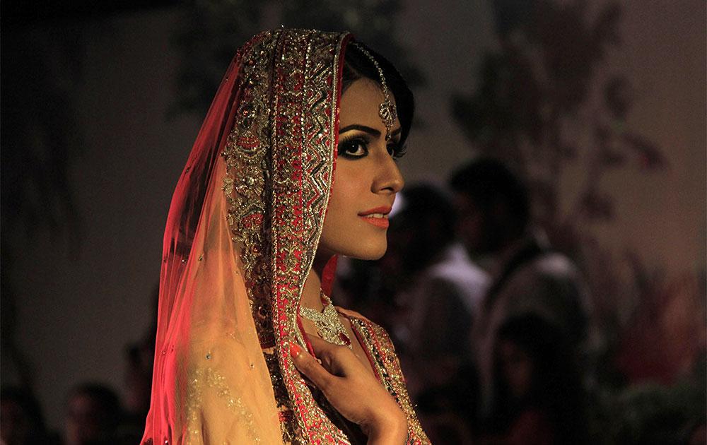 पाकिस्तान के पेशावर में रैंप पर ब्राइडल शो में एक महिला।