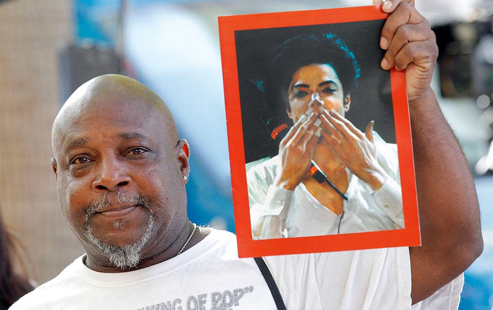 लॉल एंजेल्स में माइकल जैक्शन की तस्वीर के साथ उनका समर्थक।