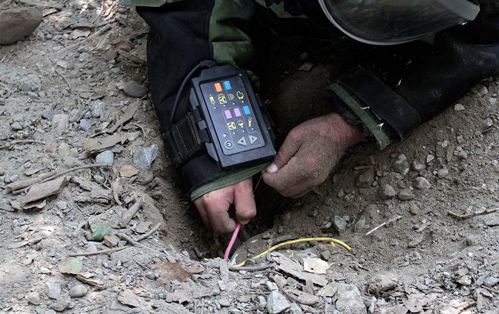 अफगानिस्तान में लैंड माइन सुरंगों की तलाश करते सुरक्षाकर्मी।
