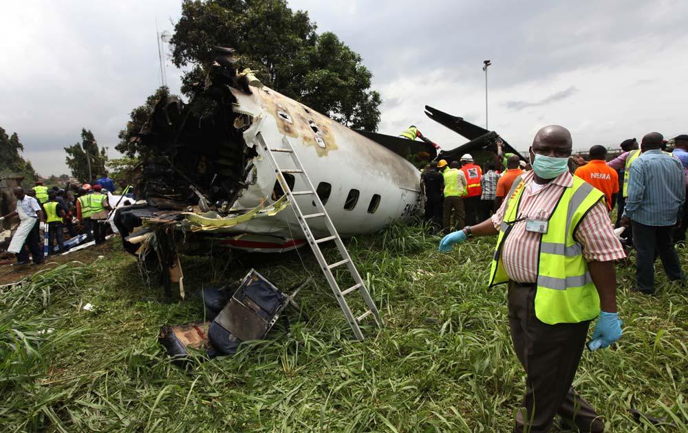 नाइजीरिया में एक दुर्घटनाग्रस्त विमान का मलबा।
