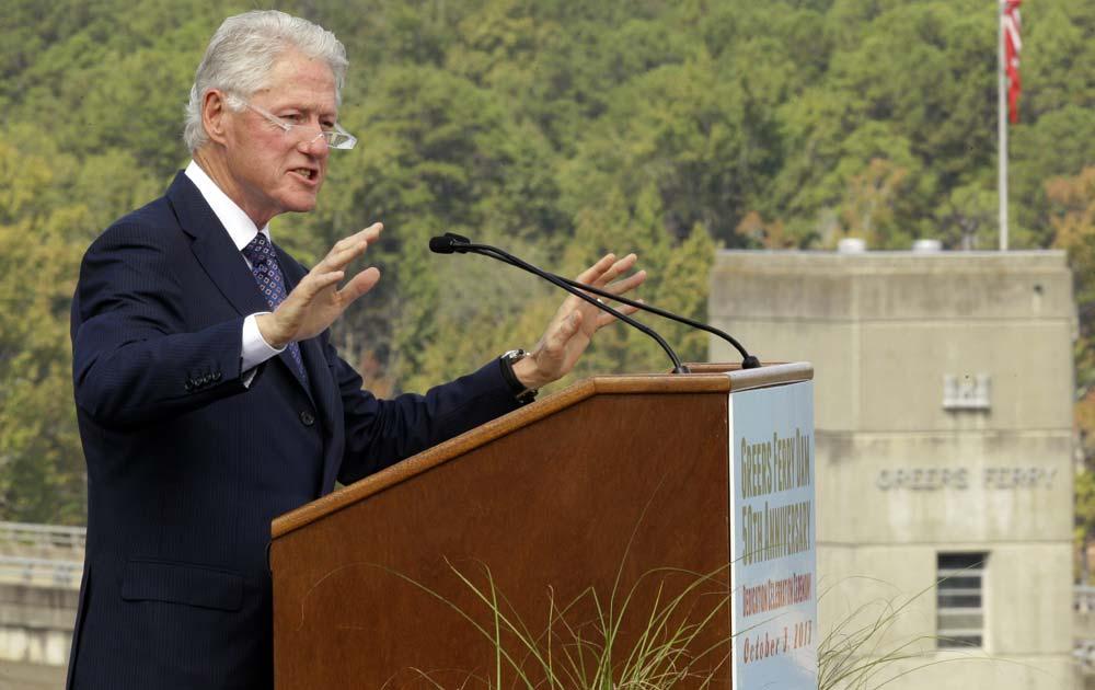 आर्क में एक समारोह को संबोधित करते पूर्व अमेरिकी राष्ट्रपति बिल क्लिंटन।