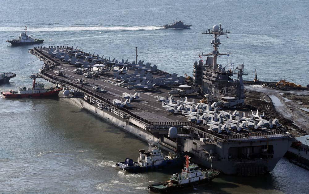 दक्षिण कोरिया के बुसान तट पर अमेरिका का युद्धपोत यूएसएस जार्ज वाशिंगटन।
