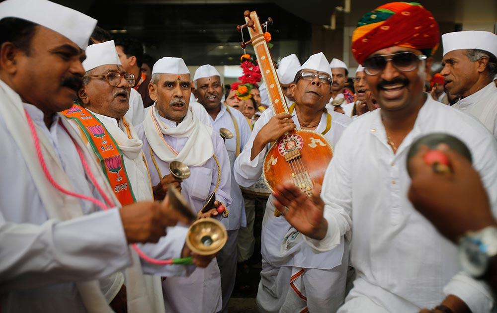 मुंबई में बीजेपी के कार्यकर्ता नरेंद्र मोदी की रैली से पहले गाना गाकर उनका गुणगान करते हुए।