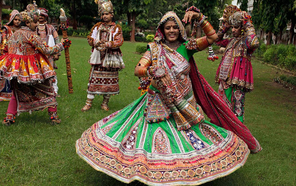 अहमदाबाद में नवरात्र के मौके पर आजोयित गरबा डांस का एक दृश्य।