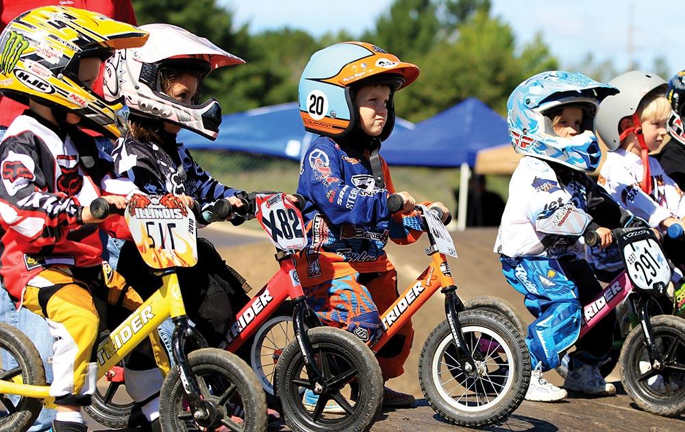 USA BMX Badger में शिरकत करते तीन साल के नन्हें बच्चे।
