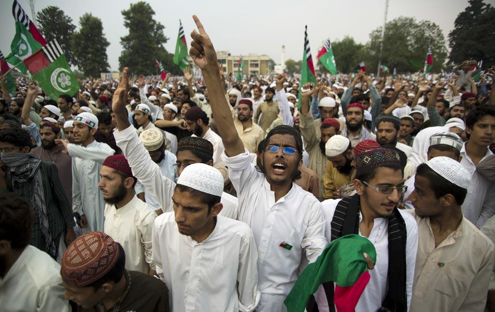 इस्लामाबाद में प्रदर्शन करते लोग।
