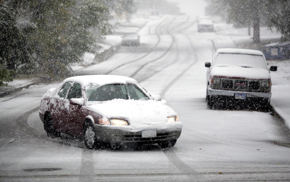 रैपिड सिटी में बर्फीले तूफान में फंसी गाड़ियां।