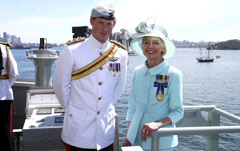 सिडनी में इंटरनेशनल फ्लीट रिव्यू 2013 में हिस्सा लेने पहुंचे ब्रिटेन के प्रिंस हैरी। उनके साथ आस्ट्रेलिया की गवर्नर जनरल क्वेंटीन ब्राइस।
