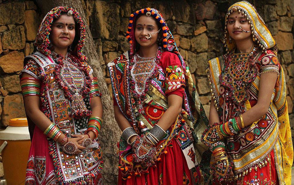 अहमदाबाद में गरबा नृत्य के लिए सुसज्जित महिलाएं।