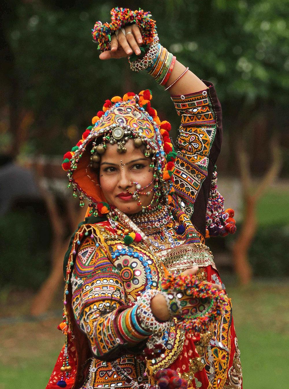 अहमदाबाद में गरबा नृत्य के लिए पारंपरिक परिधान में एक महिला।