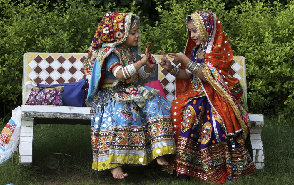 अहमदाबाद में गरबा नृत्य की तैयारी में छोटी बच्चियां।