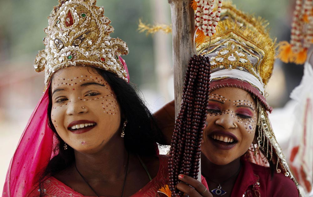 नवरात्र के मौके पर संगम तट पर माता लक्ष्मी का रूप धारण किए हुए लड़कियां।